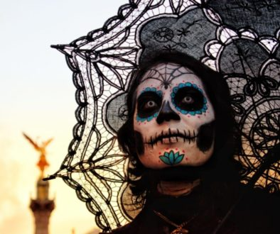 Dívka na slavnosti Dia de los Muertos