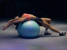 cvičící dívka