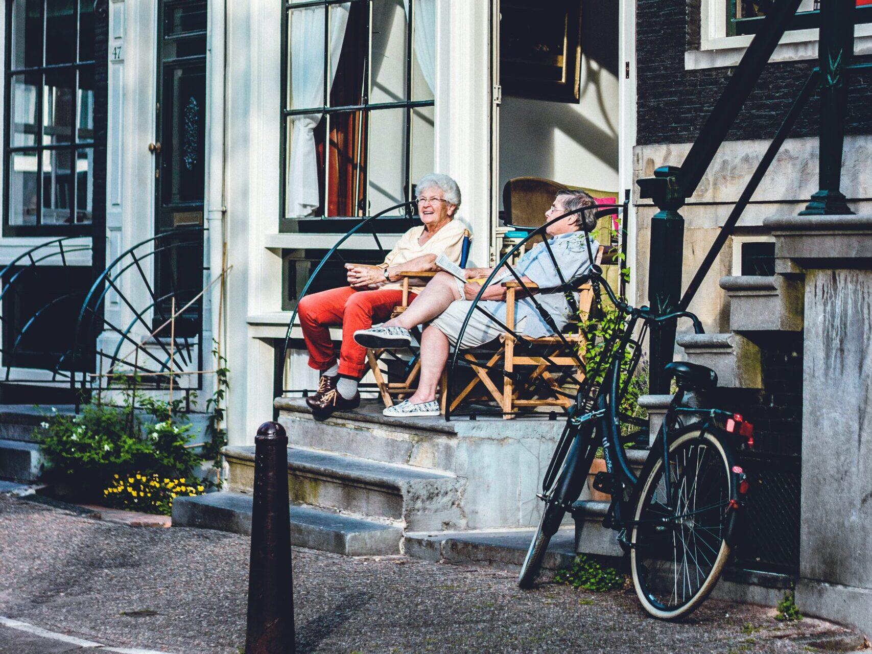 dvě starší ženy venku