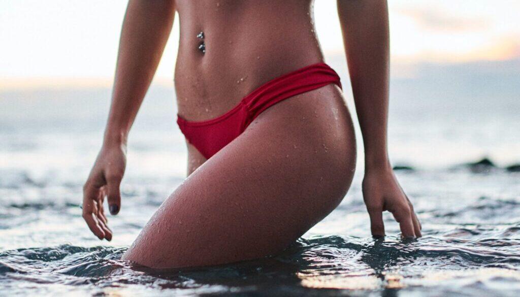 ženské tělo v moři